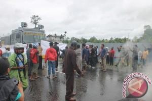 Anggota DPRD Mimika Terpilih blokade jalan