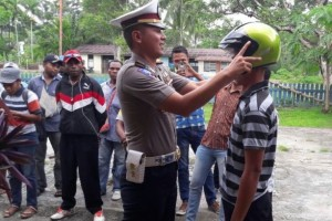 Polisi sosialisasi tertib berlalu lintas di Nimboran