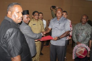Anggota DPRD Mimika terima SK pengaktifan kembali