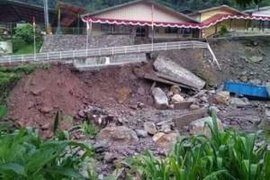 Banjir bandang mengakibatkan akses ke area Freeport terhambat