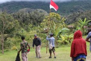 Polres Pegubin bagikan bendera kepada aktivis WPIA