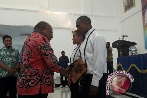 Gubernur Papua lepas 60 siswa STT PLN