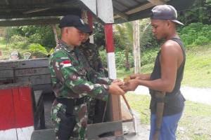 Warga perbatasan RI-PNG serahkan benda peninggalan Belanda ke TNI