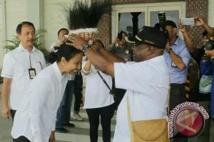 Menteri BUMN disambut warga Timika