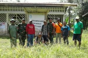 Danramil Unurum Guay menerobos hutan untuk mengunjungi daerah terpencil