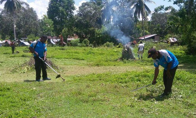 Polisi bersama warga Nimboran bersihkan kuburan