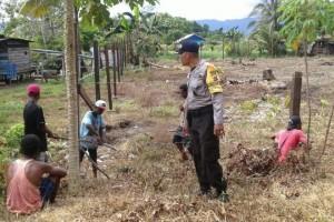 Bhabinkamtibmas Polres Nabire awasi pembuatan pagar kampung