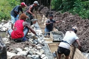 Babinsa Yaptim bantu masyarakat buat saluran irigasi