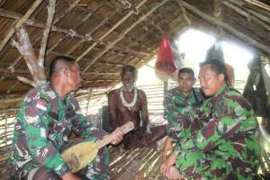 Danki Satgas TMMD Kodim 1707/Merauke berkunjung ke rumah adat Wonggi