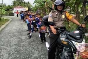 Bhabinkamtibmas dampingi pelajar SD Nimbokrang jalan santai