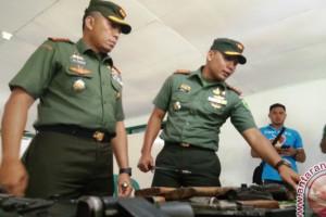 Warga Jayapura serahkan enam pucuk senjata api
