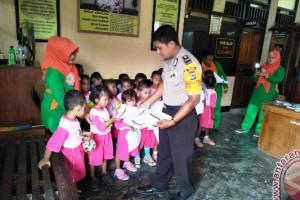 TK dan PAUD Cenderawasih kunjungi Mapolsek Nimbokrang