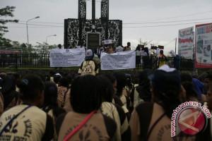 Seratusan siswa SMPN Timika duduki tugu perdamaian