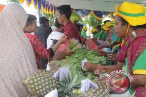 Warga Timika padati pasar murah pangan lokal