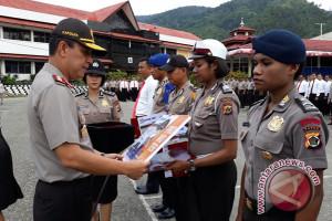 Kapolda Papua berikan penghargaan kepada personel berprestasi