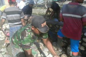 Babinsa Koramil Nabire bantu bangun musala di Kampung Wadio