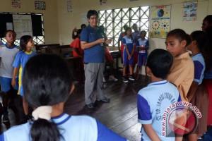 Pekerja Telkomsel mengajar di Asmat