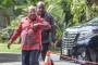 Gubernur Papua Lukas Enembe (kiri) tiba di gedung KPK, Jakarta, Rabu (4/10). Kedatangan Lukas ke kantor lembaga antirasuah itu untuk menyerahkan laporan harta kekayaan penyelenggara negara (LHKPN). ANTARA FOTO/Hafidz Mubarak A/kye/17
