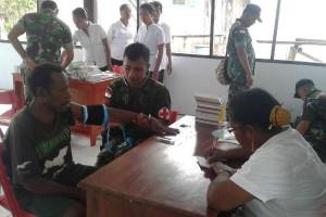 Satgas Yonif 410/Alugoro gelar pengobatan massal di Hari Pahlawan
