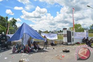 Seratusan guru honorer kembali blokade sentra Pemerintahan Mimika