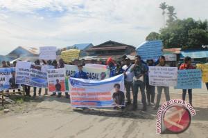 Wartawan Timika demo di kantor Polres Mimika terkait arogansi oknum polisi