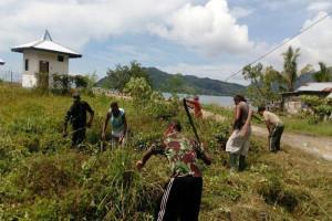 Babinsa Koramil Yaptim bersama warga bersihkan lingkungan Kampung Mereruni