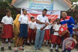 Pertamina Maluku-Papua bantu tas untuk murid SLB Kotaraja