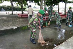 Kodim Paniai bersihkan objek wisata pantai Nabire