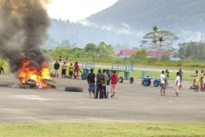 Ratusan warga blokade Bandara Oksibil