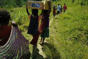 Pengelola Rumah Belajar Wamena bagi bantuan untuk anak sekolah