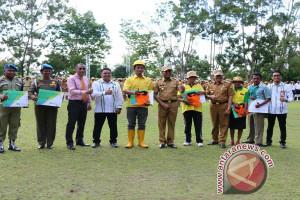 BPJS Ketenagakerjaan Jayapura serahkan 827 kartu peserta