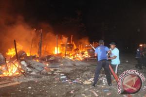 Belasan kios di Pasar Sp2 hangus terbakar