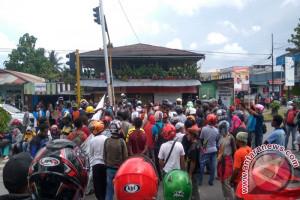 Seratusan guru honorer Mimika blokade jalan