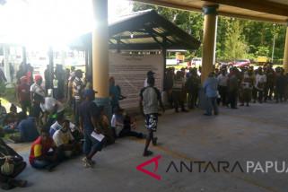 Warga demo di DPRD Mimika terkait ijazah kandidat pilkada