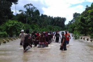 Jalan Sarmi-Jayapura tergenang