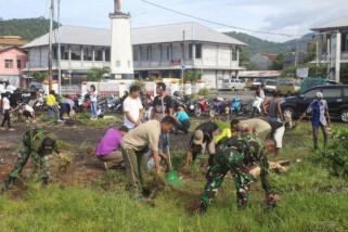 Prajurit Kodim Yawa bersihkan pasar Serui