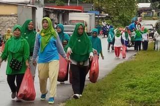 Perempuan Muslimat NU Biak gelar aksi angkut sampah