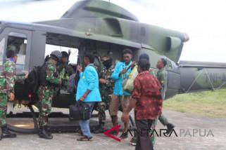 TNI kembali evakuasi tiga guru dari Aroanop