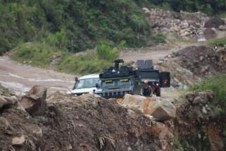 Aparat keamanan perbaiki jalan menuju Banti