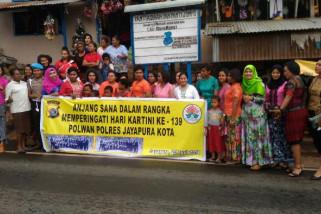 Polwan Polres Jayapura Kota anjangsana ke panti jompo