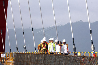 Presiden Jokowi di jembatan Holtekam
