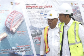 Presiden Jokowi dan Menteri PUPR terkait jembatan Holtekam