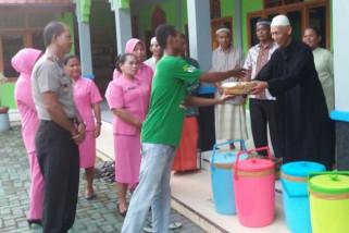 Polsek Sentani libatkan pemuda gereja bagi takjil