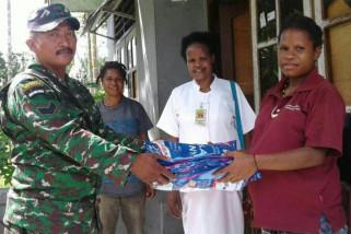 Babinsa Koramil Timika bantu petugas puskesmas bagikan kelambu berinsektisida