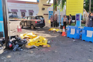 Mengorbankan anak-istri dalam aksi terorisme