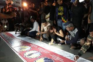 Pemuda Jayapura bakar lilin dukung pemberantasan terorisme