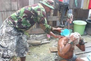 Prajurit TNI tunjukkan kepeduliannya terhadap kakek buta