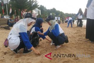 Peserta SMN Aceh bersih-bersih Pantai Dok II