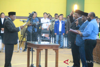 Ketua DPRD Mimika lantik dua angggota PAW