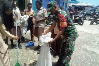 Babinsa Sarmi bersama puluhan pramuka bersihkan pasar